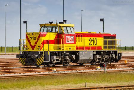 JadeWeserPort: Diesellok MEG 210 (275 210-3) auf der Vorstellgruppe JWP