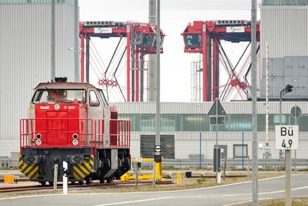 JADEWESERPORT: Diesellok MaK G 1206 (275 809-2) der Firma Locon