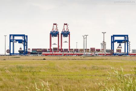 JADE-WESER-PORT: Containerschiff MSC MONTEREY (L 275 m) an der Kaje