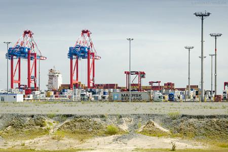 Container Terminal Wilhelmshaven: Containerschiff MSC ANGELA (L 265 m)