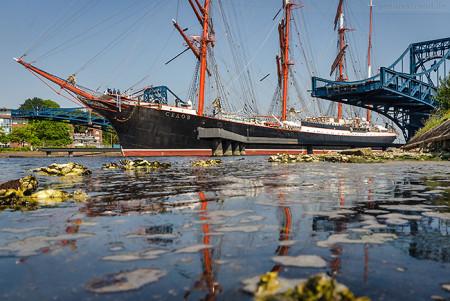 WILHELMSHAVEN: Segelschulschiff SEDOV fährt durch die K.-W.-Brücke