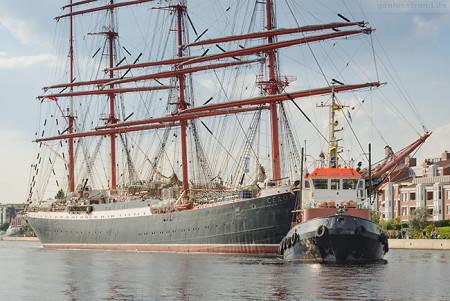WILHELMSHAVEN: Segelschulschiff SEDOV beim ablegen vom Bontekai
