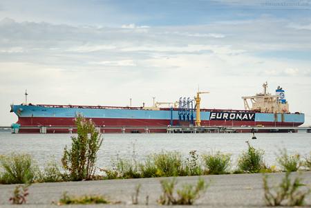WILHELMSHAVEN: Supertanker HOJO (L 330 m) an der NWO-Löschbrücke