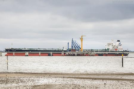 NWO Wilhelmshaven: Tanker NAUTILUS (L 274 m) am Anleger Nr. 4