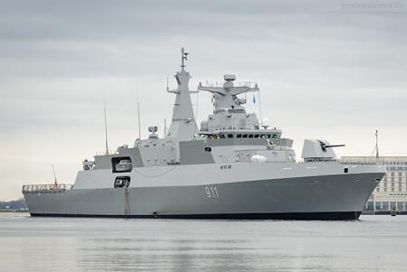 WILHELMSHAVEN: Algerische Fregatte HERRAD (911) im Großen Hafen