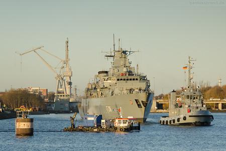 WILHELMSHAVEN: Fregatte SCHLESWIG-HOLSTEIN (F 216) wird in die Werft bugsiert