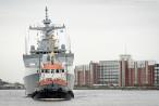 WILHELMSHAVEN: Fregatte HERRAD (911) fährt Schleife im Großen Hafen