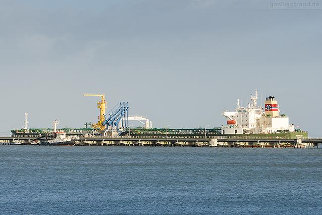 NWO Wilhelmshaven: Tanker TROVIKEN (L 250 m) am Anleger Nr. 2