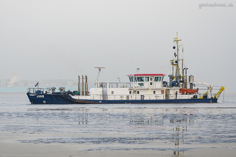 Saugbagger JAN (L 42 m) von Jade Sand baggert vor dem Hooksieler Außenhafen die Fahrrinne aus