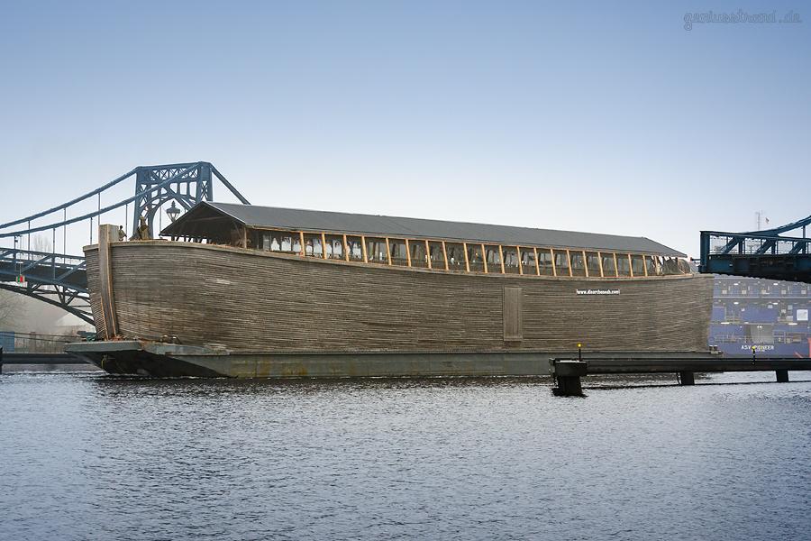 WILHELMSHAVEN: Die ARCHE NOAH fährt durch die Kaiser-Wilhelm-Brücke (K.-W.-Brücke)