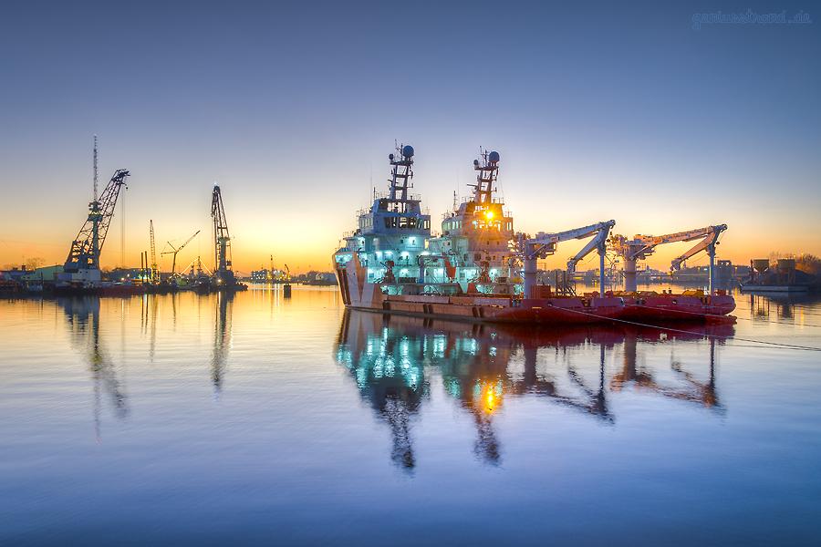 Wilhelmshavener Hafenbild: Abendlicher Blick auf den Ausrüstungshafen (VOS STAR und VOS SUGAR)