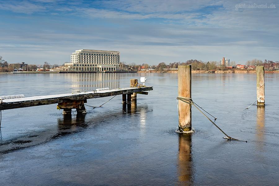 WILHELMSHAVEN: Blick in den zugefrorenen Großen Hafen mit Atlantic Hotel