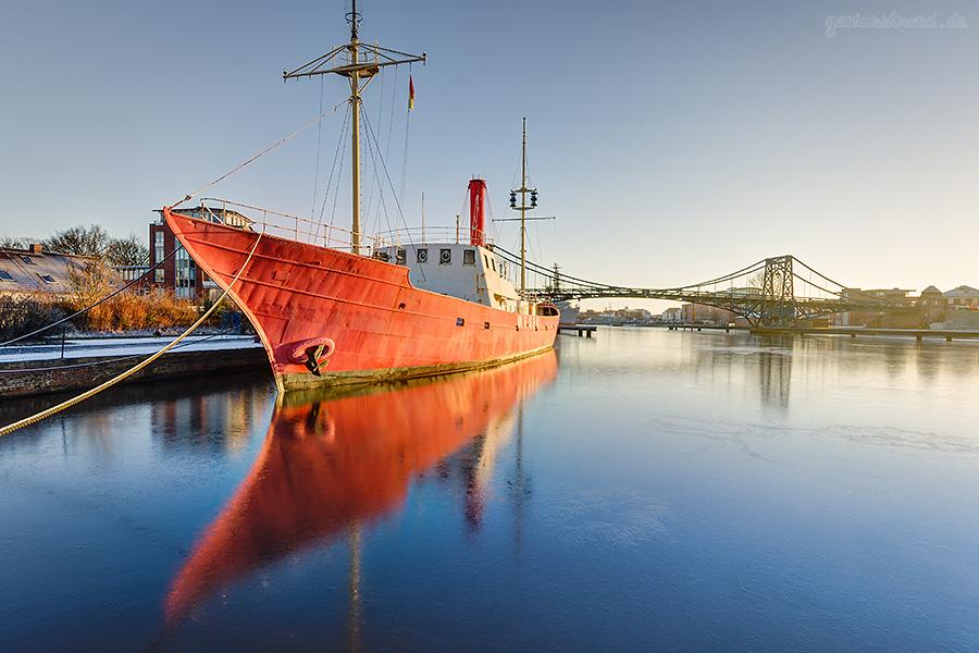 Winterbilder aus Wilhelmshaven: Blick auf das Feuerschiff WESER und die K.-W.-Brücke
