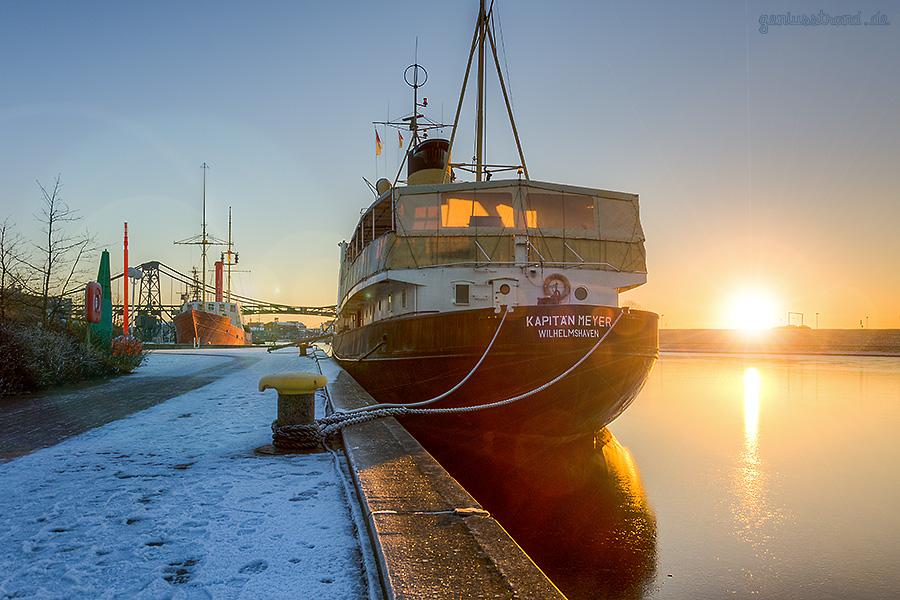 Winterbilder aus Wilhelmshaven: Blick auf die beiden Museumsschiffe am Bontekai