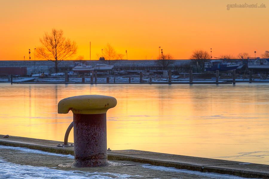 Winterbilder aus Wilhelmshaven: Poller am Bontekai