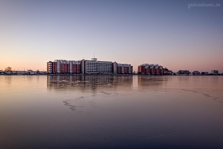 Winterbilder aus Wilhelmshaven: Das Helgolandhaus spiegelt sich auf dem Eis