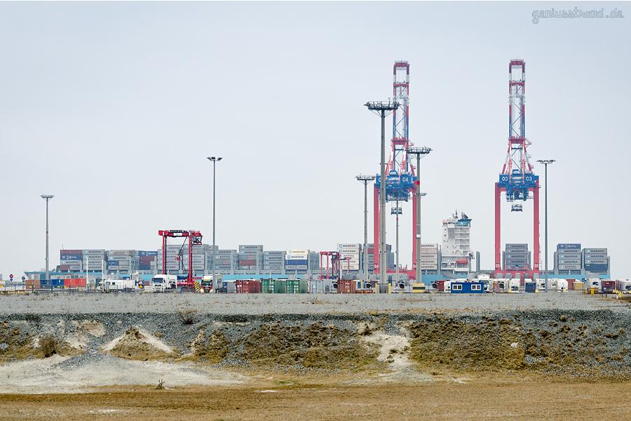Containerschiff MAERSK GENOA (L 337 m) zum zweiten Mal am JadeWeserPort