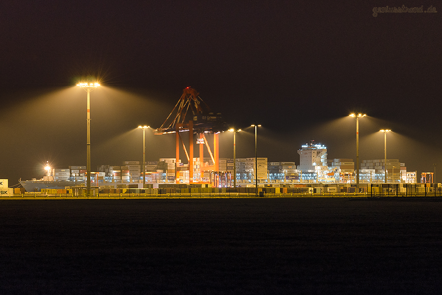 NACHTAUFNAHME: Containerschiff MAERSK GUAYAQUIL (L 337 m) am JadeWeserPort