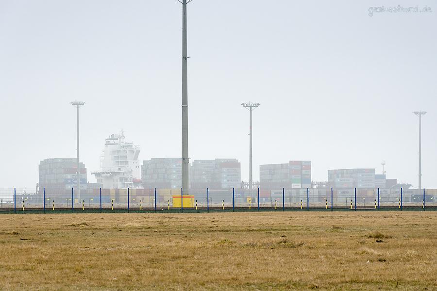 JADEWESERPORT WILHELMSHAVEN: Containerschiff MERKUR HARBOUR (L 235 m) an der Kaje