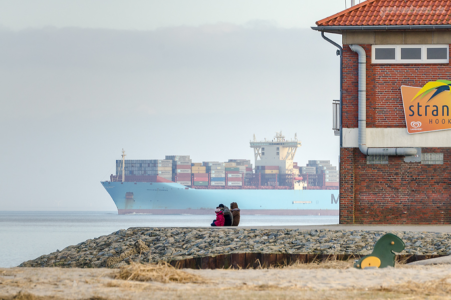 Triple-E-Klasse MOGENS MAERSK (L 399 m) verließ am Nachmittag den Containerterminal JadeWeserPort
