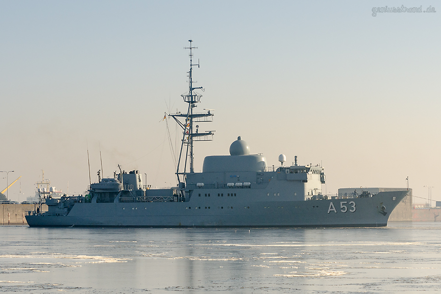 WILHELMSHAVEN: Aufklärungsschiff OKER (A 53) im Nordhafen Richtung Deviationstonne unterwegs