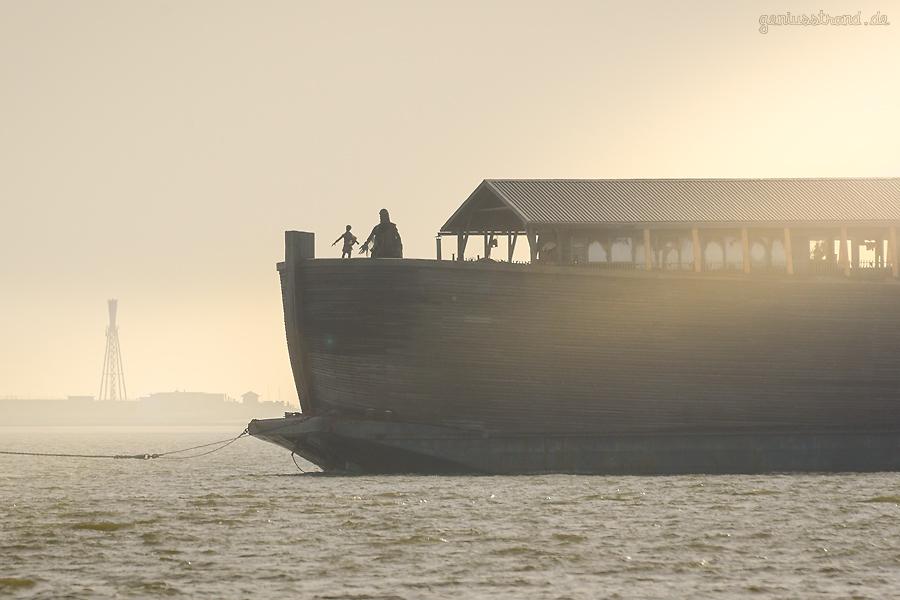 WILHELMSHAVEN: Die ARCHE NOAH (L 70 m) auslaufend