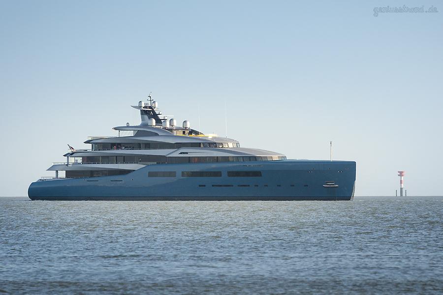 WILHELMSHAVEN: Luxusyacht AVIVA (L 98 m) auf Erprobungsfahrt auf der Jade unterwegs