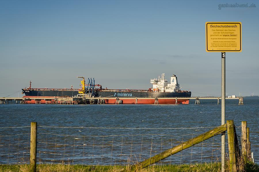Tanker MINERVA LIBRA (L 250 m) löscht fast 100.000 t Öl am Löschkopf Nr. 1 der NWO-Pier