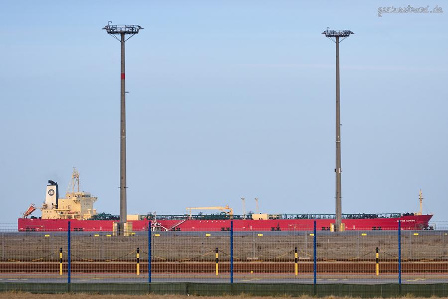 WILHELMSHAVEN: Tanker HAFNIA EUROPE (L 229 m) einlaufend NWO