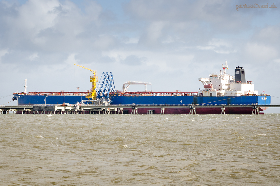Ölhafen Wilhelmshaven: Tanker HS TOSCA (L 250 m) am NWO-Anleger Nr. 1