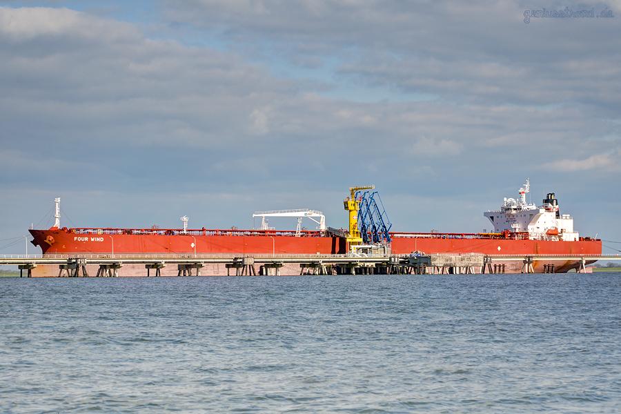 WILHELMSHAVEN ÖLHAFEN: Tanker FOUR WIND (L 249 m) am NWO-Löschkopf Nr. 1