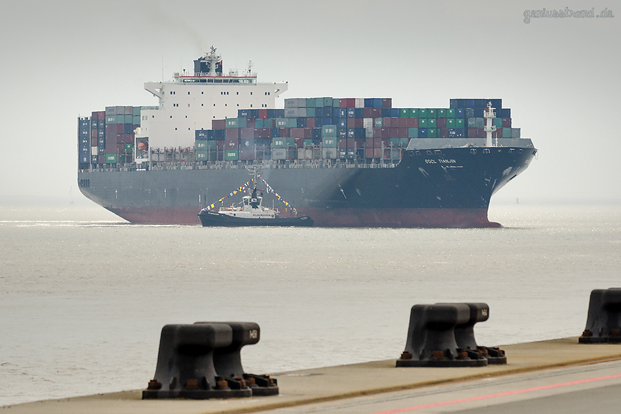 Containerschiff OOCL TIANJIN (L 323 m) am JadeWeserPort (Ocean-Alliance)