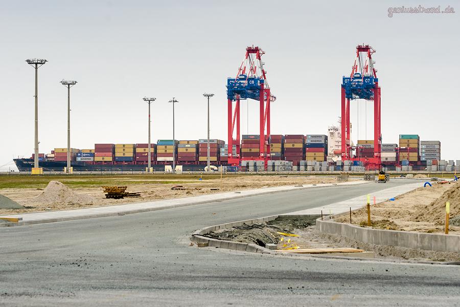 Containerterminal Wilhelmshaven: Containerschiff MSC BREMEN (L 294 m) an der Kaje