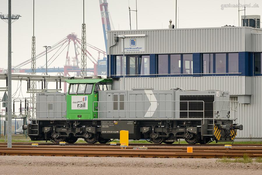 Bahnhof JadeWeserPort: Diesellok (275 021-4) der DUISPORT auf der Gleisanlage