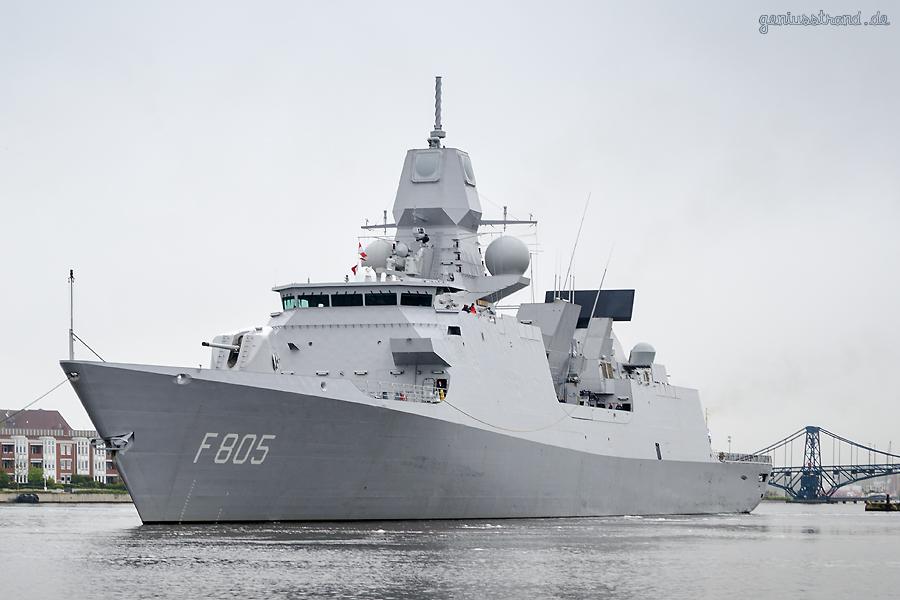 WILHELMSHAVEN: Fregatte HNMLS Evertsen (F 805) beim Schleife fahren