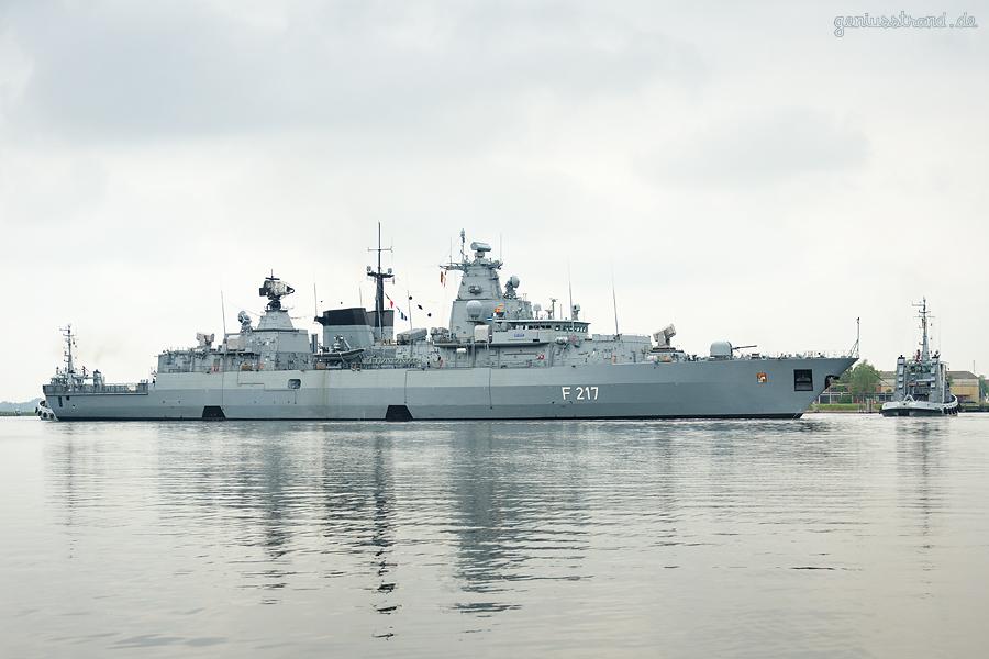 Wilhelmshaven: Fregatte BAYERN (F 217) fährt Schleife im großen Hafen
