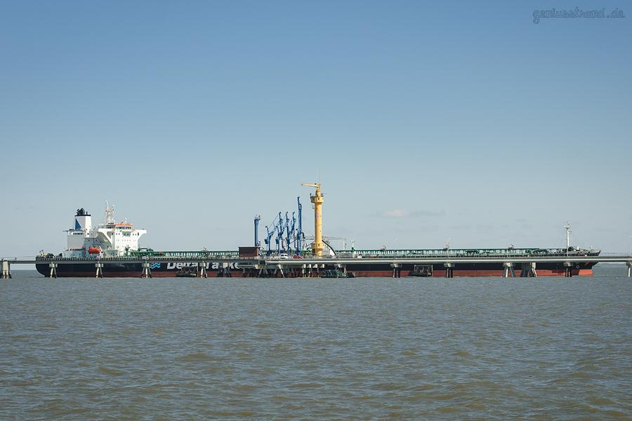 Ölhafen Wilhelmshaven: Tanker BOUBOULINA (L 274 m) löscht ca. 125.000 t Öl