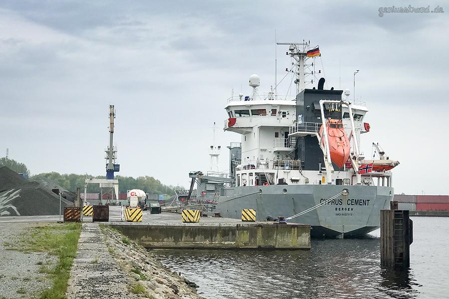 Wilhelmshaven Lüneburgkai: Frachtschiff CYPRUS CEMENT (L 97 m)