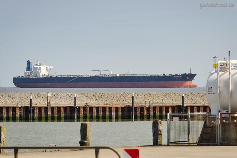 Supertanker NEW FRONTIER (L 330 m) auf dem Weg zur NWO-Löschbrücke