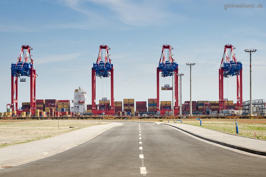 Container Terminal Wilhelmshaven (CTW): Containerschiff MSC NERISSA (L 294 m)