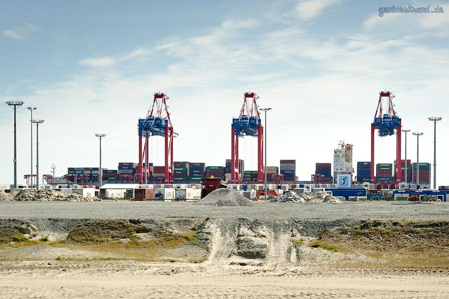 Container Terminal Wilhelmshaven (CTW): Containerschiff OOCL HAMBURG am Kai