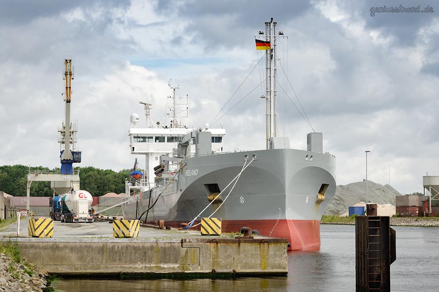 Zementfrachter IRELAND (L 109 m) am Lüneburgkai in Wilhelmshaven