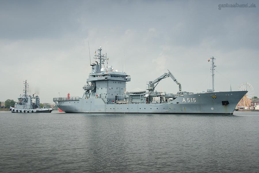 WILHELMSHAVEN Großer Hafen: Tender MAIN (A 515) beim Schleife fahren