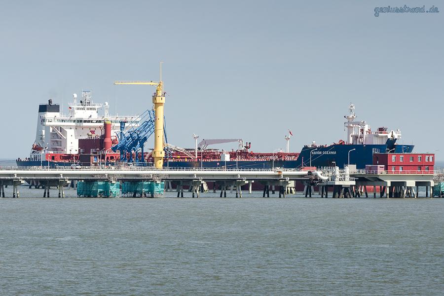 NWO Wilhelmshaven: Tanker NAVION OCEANIA (L 265 m) am Anleger Nr. 4