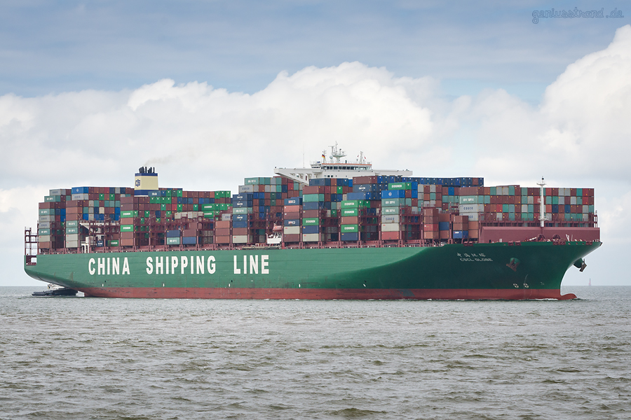 Container Terminal Wilhelmshaven (CTW): Typschiff CSCL GLOBE (L 400 m) einlaufend