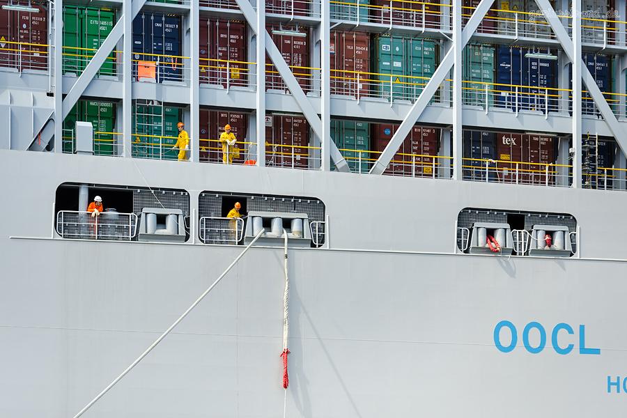Weltgrößtes Containerschiff OOCL HONG KONG (L 400 m) am Eurogate Containerterminal Wilhelmshaven