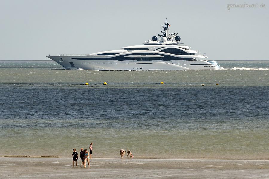 WILHELMSHAVEN: Luxusyacht AL LUSAIL (123 m) auf Werfterprobungsfahrt im Jadefahrwasser