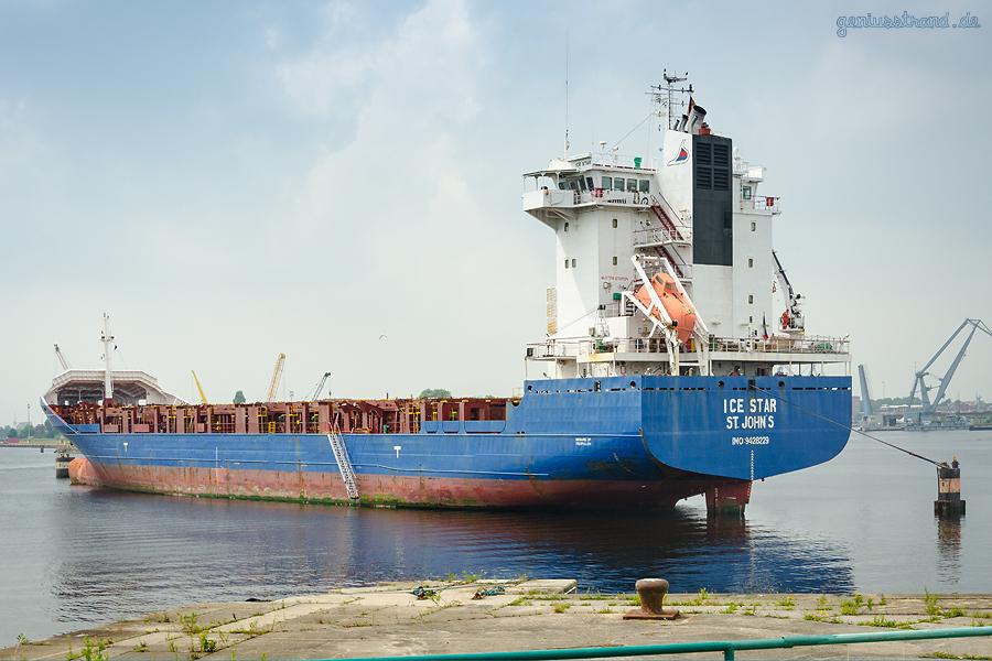 WILHELMSHAVEN: Containerschiff ICE STAR (L 130 m) am Dalbenplatz im Ausrüstungshafen