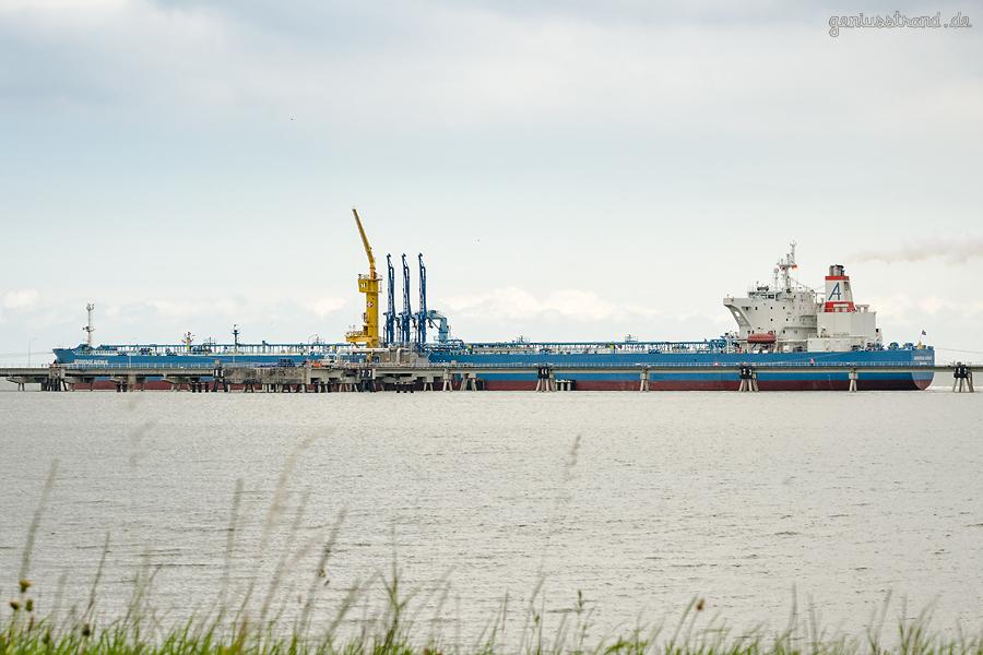 NWO Wilhelmshaven: Tanker ADVANTAGE AVENUE (L 249 m) an der Löschbrücke Anleger Nr. 1