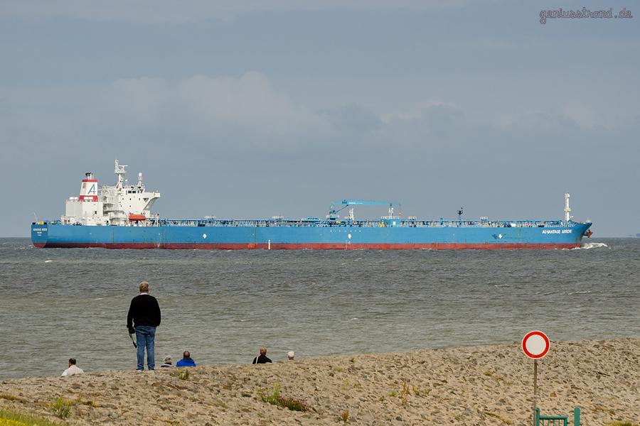 Tanker ADVANTAGE ARROW (L 250 m) fährt nach Wilhelmshaven zur NWO-Löschbrücke